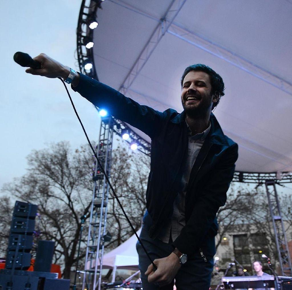 Butuh Uang, Vokalis Passion Pit Kembali Tur