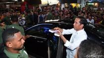 Jokowi Susuri Sawah Lihat Irigasi Saat Gerimis di Dharmasraya