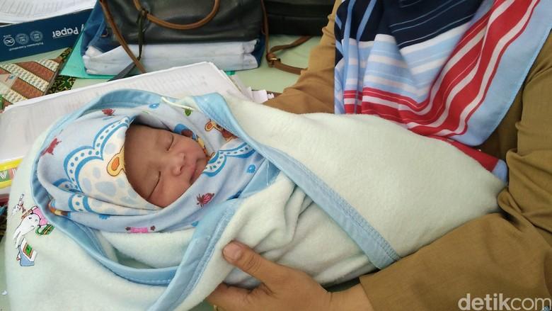 Warga Cirebon Temukan Bayi Lucu Ini di Tempat Sampah