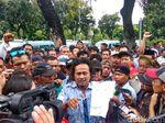 Ratusan Sopir Angkot Tanah Abang Demo di Balai Kota DKI