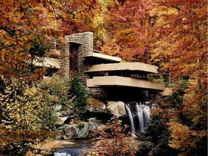 Adem, Rumah Ini di Atas Air Terjun Dikelilingi Pohon Rimbun