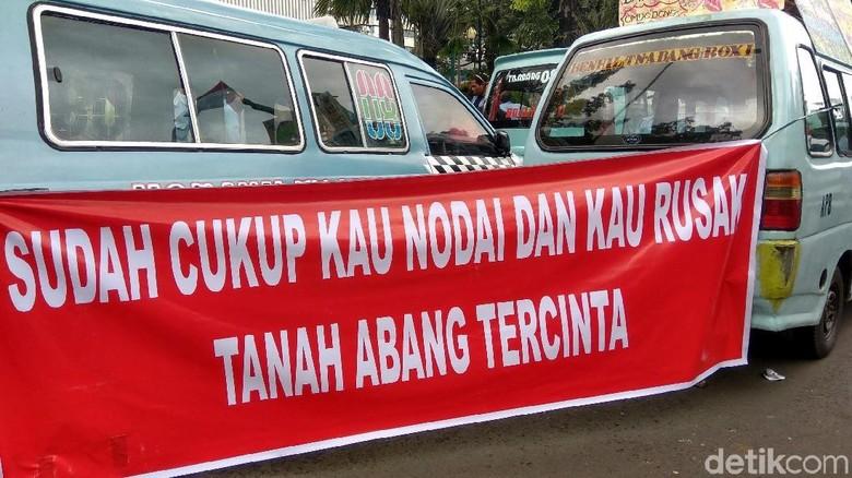 Sopir Angkot Bentangkan Spanduk Protes Penutupan Jalan Tanah Abang