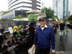 Gunakan Payung, Dirut RS Medika Hindari Awak Media