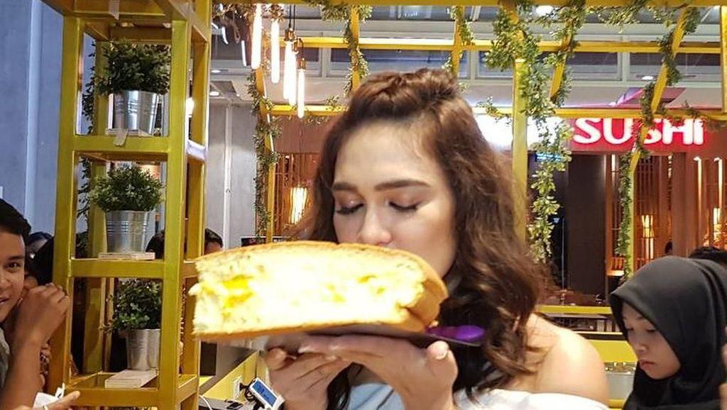 Pose Cantik Luna Maya Bersama Makanan hingga Tampilan Kue yang Gagal Total