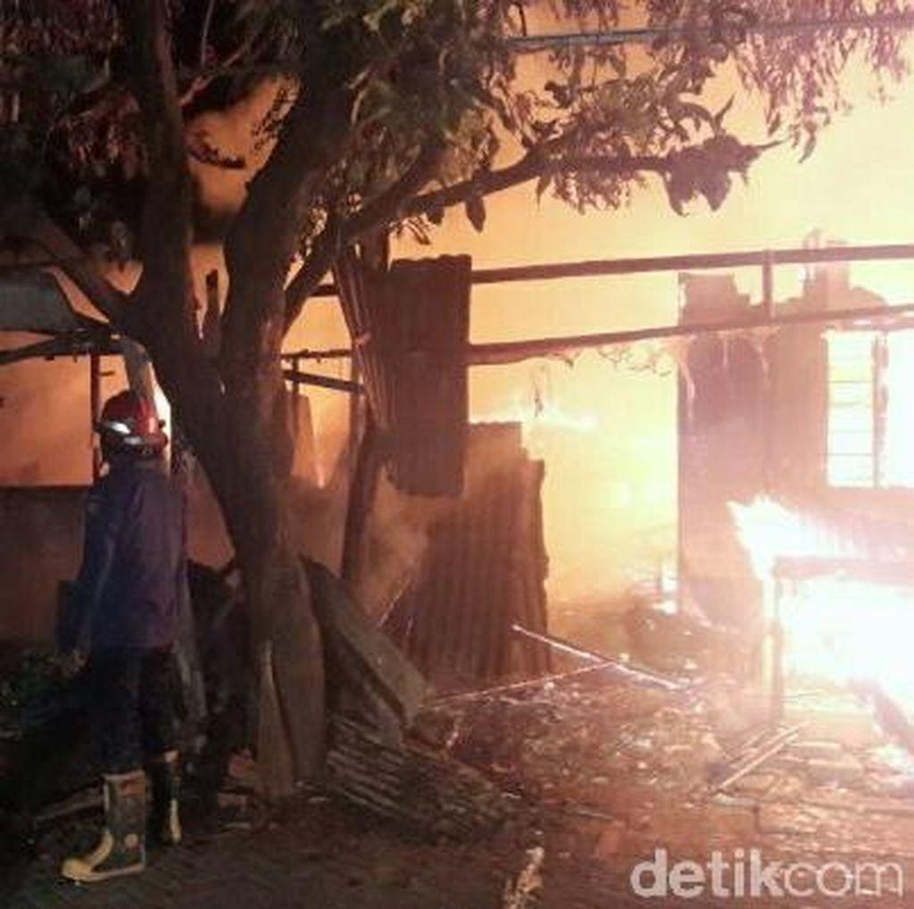 Sebuah Warung dan Gudang Penyimpanan Kayu Ludes Terbakar