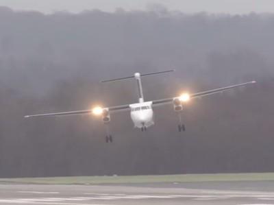 Video Pesawat Coba Mendarat di Tengah Badai, Ngeri Amat!