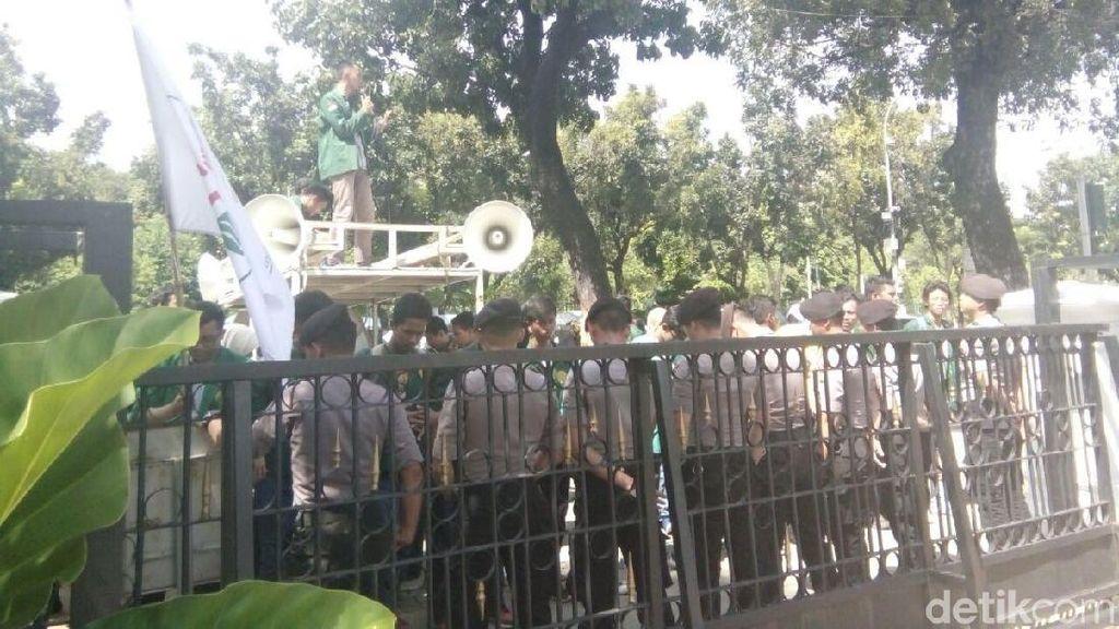 Balai Kota Gempa, Mahasiswa Tetap Demo 100 Hari Anies-Sandi