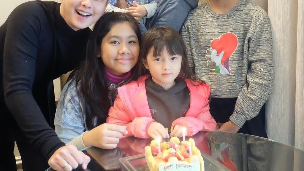 Lihat Momen Seru Ussy Sulistiawaty & Keluarga Saat Menyantap Makanan