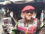 Penarik Becak Legendaris Bergaya Tentara Sering Disebut Gila