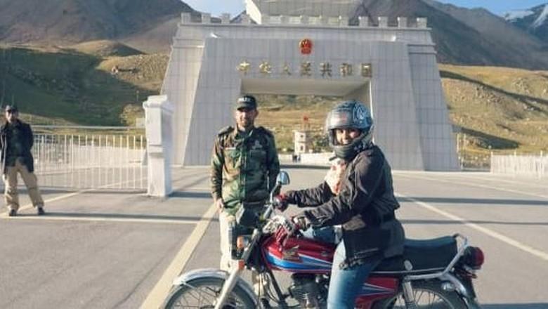 Zenith Irfan, wanita Pakistan pertama touring motor (Dok. Zenith Irfan/CNN Travel)