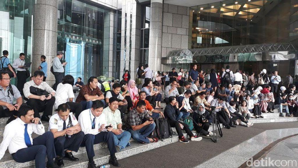 Pegawai di Gedung BEI Berhamburan Pasca Gempa