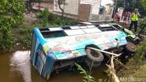Pecah Ban, Bus Mini Jurusan Surabaya-Mojokerto Masuk Sungai