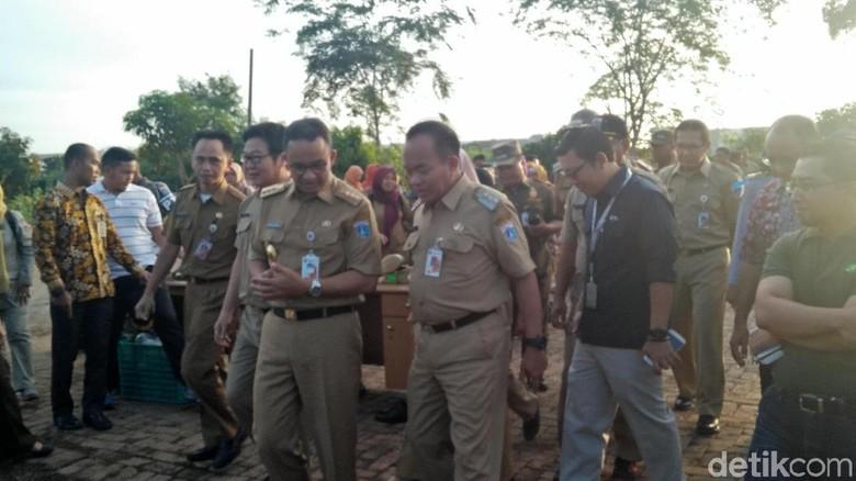 Potret Anies Panen Padi dan Petik Buah Naga di Cakung
