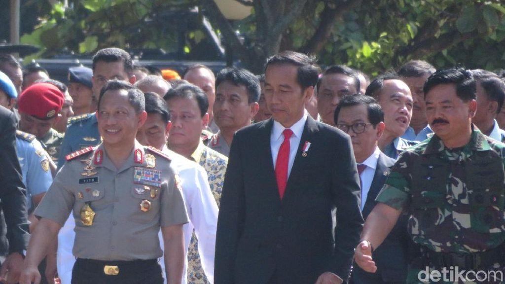 Potret Presiden Jokowi Diapit Kapolri dan Panglima TNI