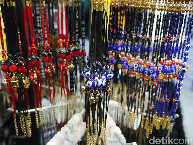 Banyak pedagang yang menjual suvenir berhias manik-manik biru seperti mata di Istanbul. Manik-manik tersebut adalah nazar boncugu, alias jimat yang banyak dikenal juga sebagai evil eye atau mata setan (Kurnia/detikTravel)
