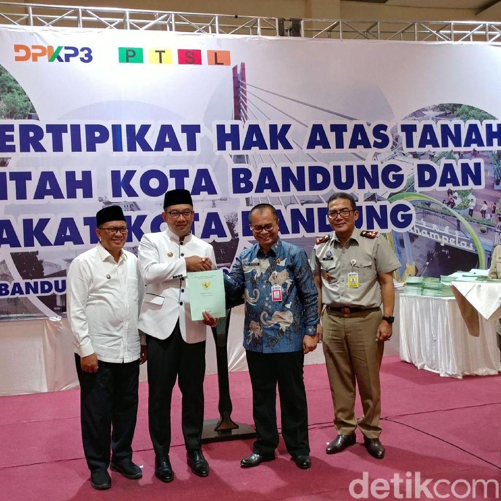 BPN Serahkan 1.100 Sertifikat Tanah Lengkap untuk Warga Bandung