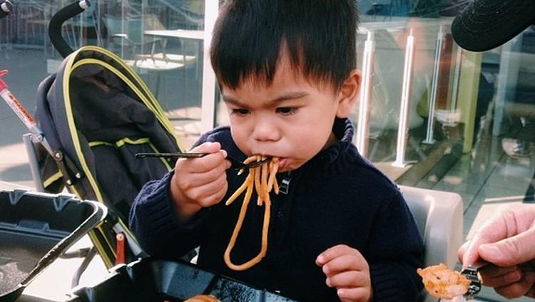 Lihat Ekspresi Anak-anak Ini Makan Mi, Bikin Ngiler