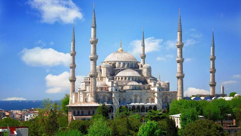 Foto: Masjid Sultan Ahmet di Istanbul dikenal juga dengan Masjid Biru. Karena pada malam hari, di puncak menara masjid terlihat rona kebiruan. Juga rangkaian kubah yang berjajar dapat traveler perhatikan, tersusun indah dan rapi. (Thinkstock)