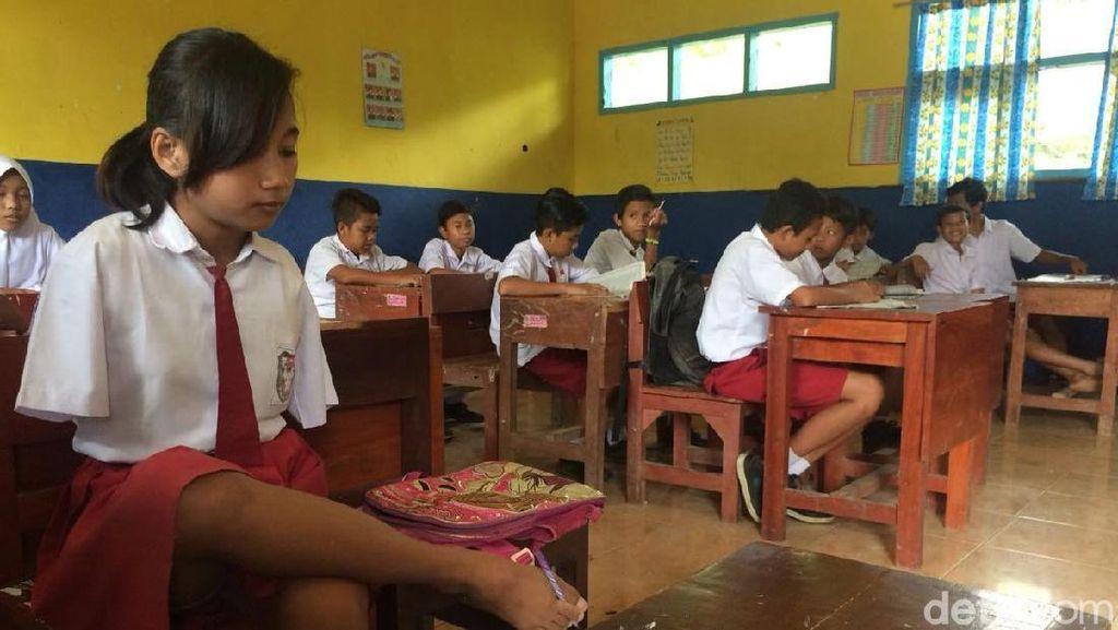 Sulastri, Pelajar Penyandang Disabilitas Menulis dengan Kaki