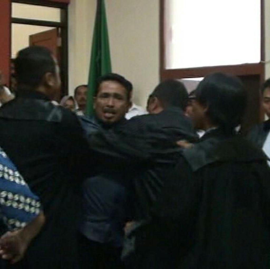 Tak Terima Ucapan Saksi, Terdakwa Mengamuk Di PN Banyuwangi