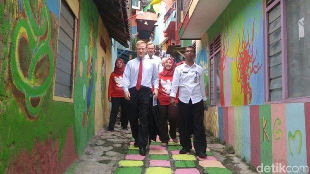 Duta Besar Uni Eropa untuk Indonesia, Vincent Guérend ketika berkunjung ke Kampung Pelangi, Semarang.