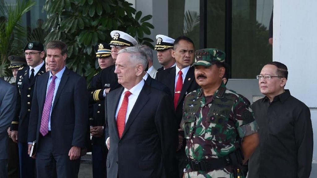 Pujian Menhan AS untuk Aksi Prajurit TNI Makan Ular