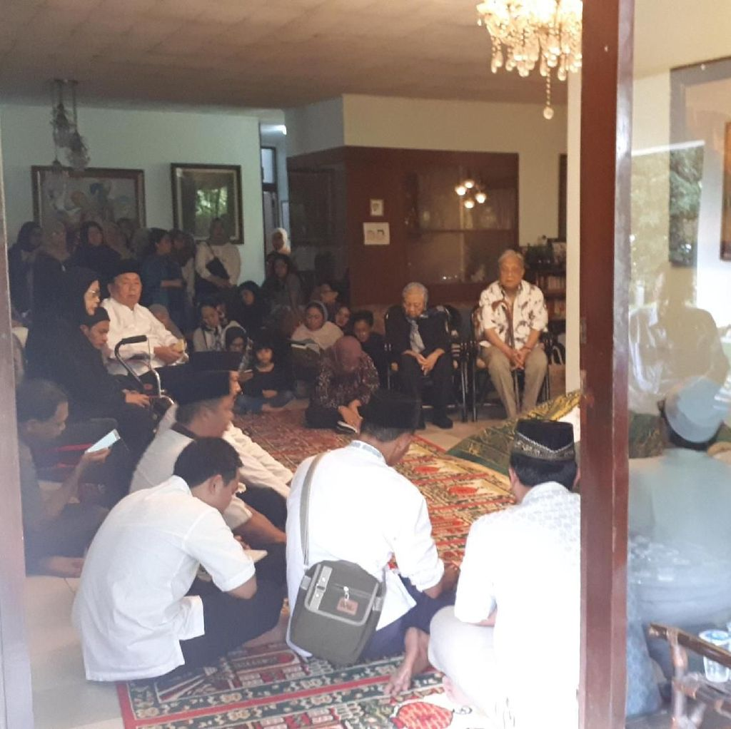 Pelayat Berdatangan ke Rumah Mantan Mendikbud Daoed Joesoef
