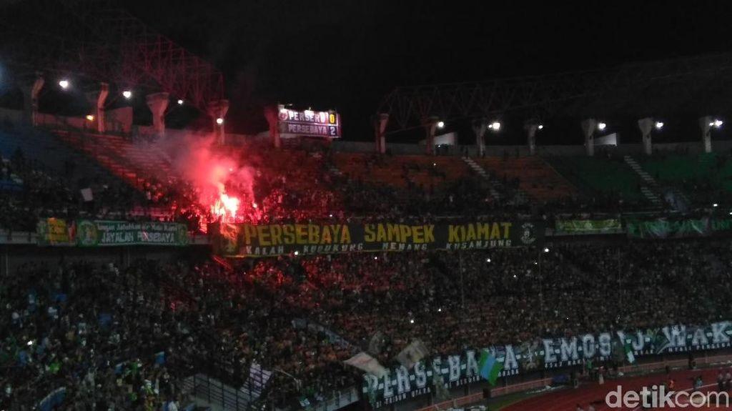 Nyalakan Flare di Stadion, Bonek Diperingatkan Panpel