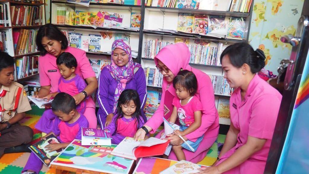 Cara Polisi Bantu Tingkatkan Minat Baca di Pulau Untung Jawa