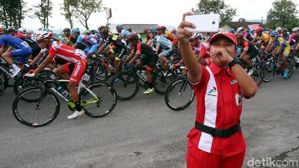 Potret Antusias Warga Tonton Tour de Indonesia 2018