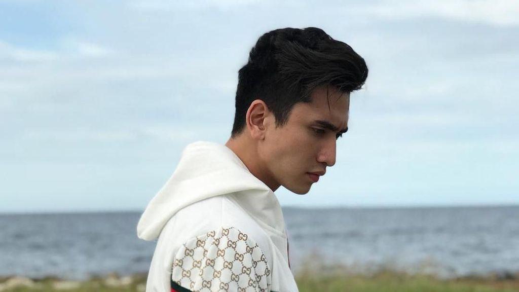 Gaya 12 Artis Pria Pakai Busana Jutaan Rupiah, Verrell Bramasta hingga Raffi