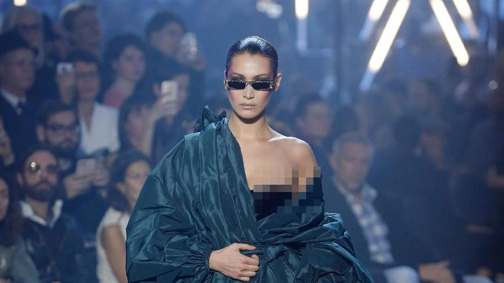 Malfungsi Busana, Kemben Bella Hadid Melorot di Paris Fashion Week