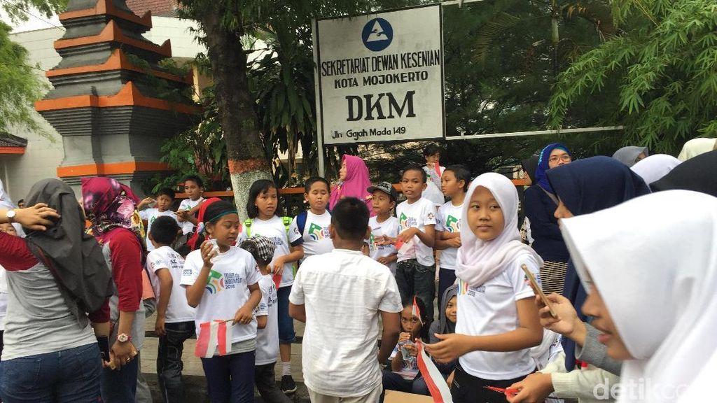 Siswa-Siswi SD di Mojokerto Ajak Selfie Pebalap Lokal dan Asing