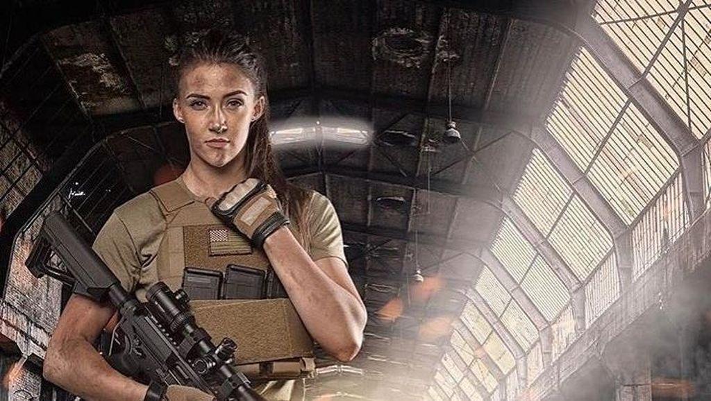 Foto: Pesona Lauren Young, Eks Tentara Cantik yang Tangguh dengan Senjata