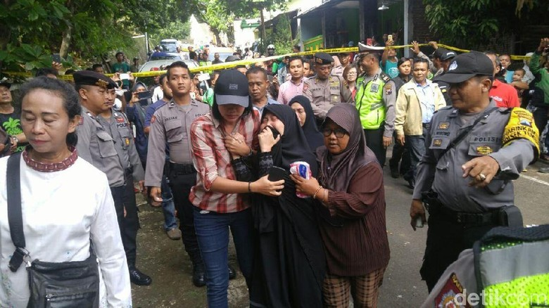 Reka Ulang Pelajar Bunuh Sopir Grab di Semarang, Istri Korban Histeris