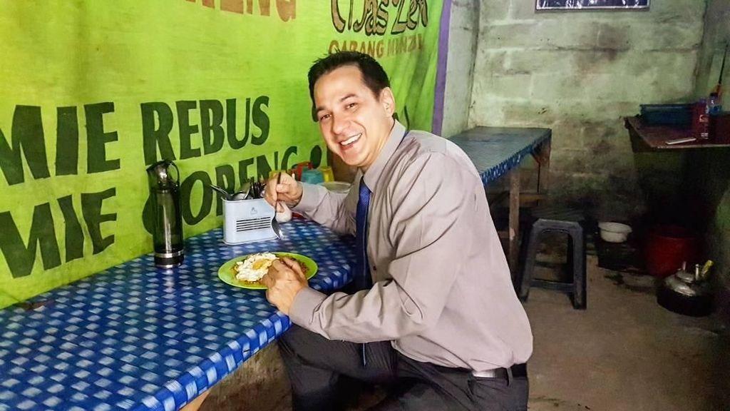 Wah, Ari Wibowo Ternyata Doyan Makan di Warung Pinggir Jalan!