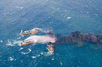 Kapal penyelamat memadamkan api kapal tanker Sanchi yang membawa minyak (Foto: China Daily via REUTERS)