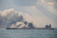 Asap terlihat dari kapal tanker Sanchi yang terbakar di Laut China Timur, Selasa (9/1/2018)