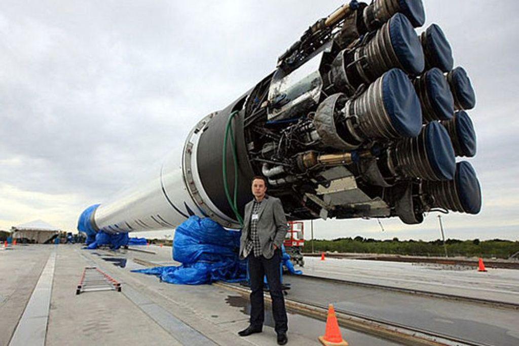 Setelah berhasil menjual ratusan ribu topi, kini Elon Musk yang tengah mencari pendanaan untuk membangun kereta supercepatnya, Hyperloop, juga menjual flamethrower pemusnah zombie. Foto: Ist/Internet