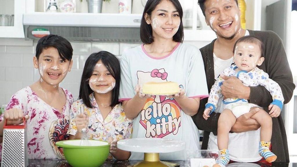 So Sweet! Arie Untung Sering Habiskan Waktu Makan Bersama Keluarganya