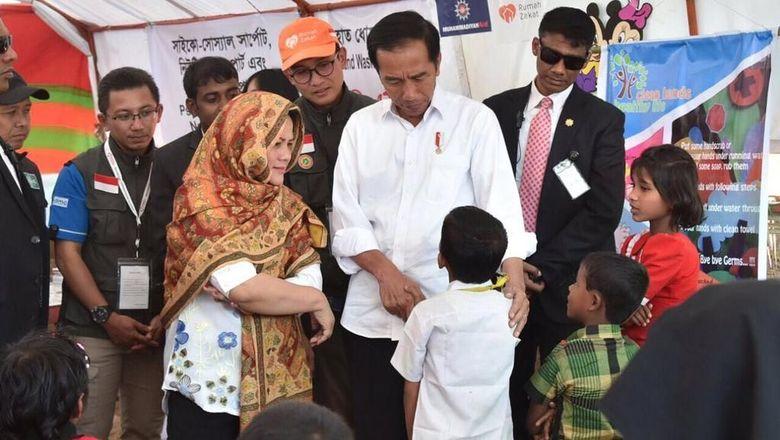Hasil gambar untuk Kunjungi Tenda Pengungsi, Jokowi 'Langsung' Cari Ini!