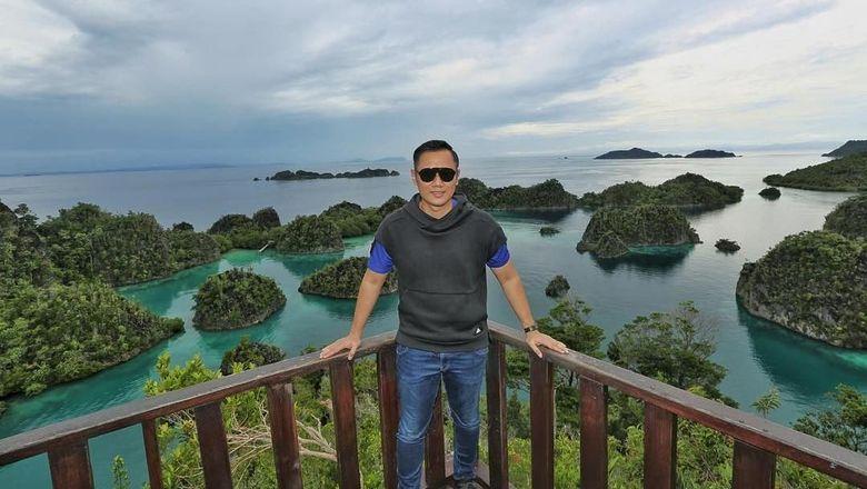 AHY di puncak Pianemo, Raja Ampat (@agusyudhoyono/Instagram)