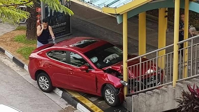Gara-gara Kecoak, Wanita Singapura Tabrak Jembatan Penyeberangan
