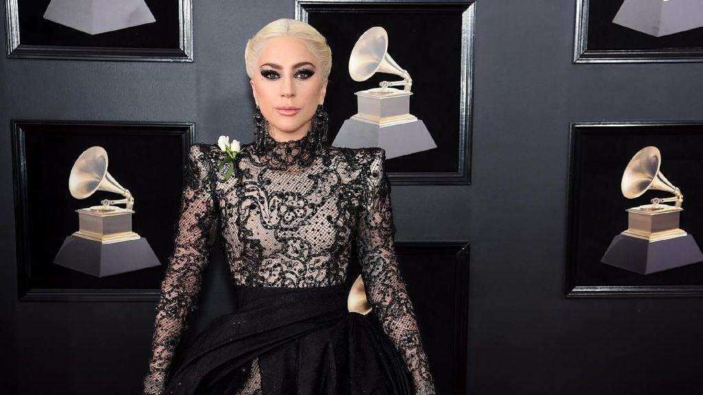 Foto: Gaya Gothic Dramatis Lady Gaga di Grammy Awards 2018