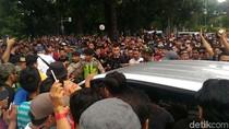Massa Driver Taksi Online Kepung Mobil yang Melintas di Kemenhub