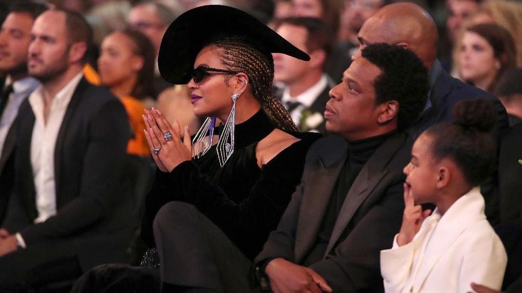 Pamer Kemesraan, Beyonce Duduk di Pangkuan Jay-Z