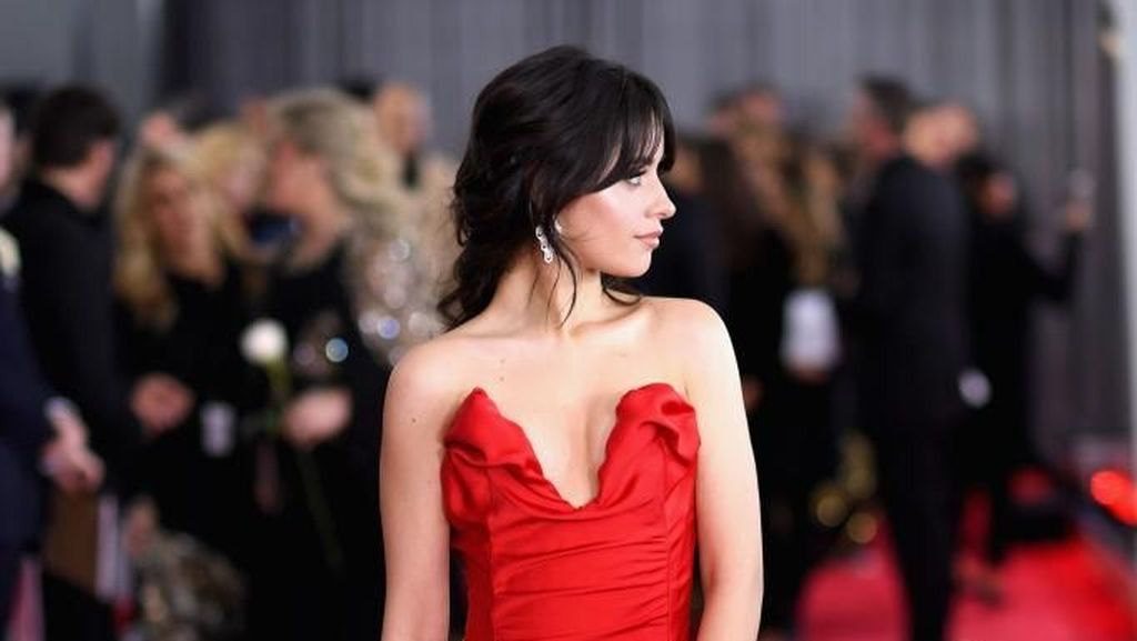 Malafungsi Busana, Camila Cabello Benahi Gaun yang Melorot di Grammy Awards