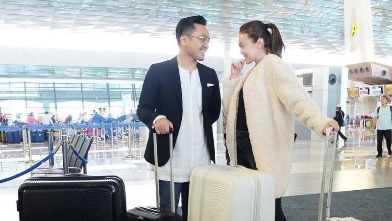 Kemesraan Rianti Cartwright bersama sang suami, Cas Alfonso sudah terlihat di bandara dengan baju dan koper yang kompak. Mereka liburan Tahun Baru ke Inggris, awal Januari lalu. (Instagram/Rianti Cartwright)