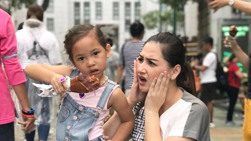 Anak Mona Ratuliu Ini Gemesin Banget Kalau Lagi Makan!