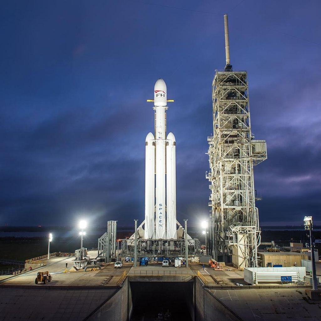 Falcon Heavy mampu mengangkat muatan dengan berat lebih dari 54 ton sampai ke orbit, dua kali lipat dari Delta IV Heavy milik United Launch Alliance. (Foto: Instagram)